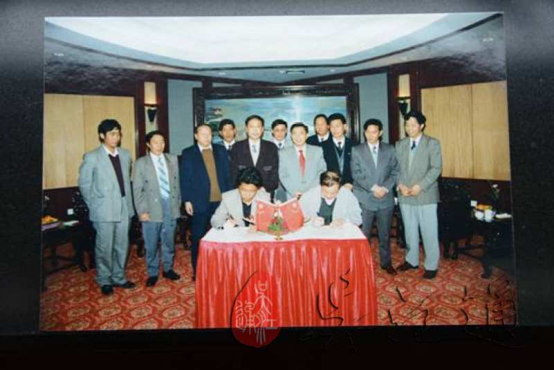 1.1995年,吴江与林周对口援助签约仪式举行(右为时任吴江市市长张钰良,左为时任林周县县长普布达娃).jpg
