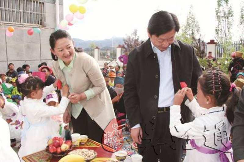 2.2014年6月,第七批援藏干部、林周县委常务副书记王益冰(右二)与藏族孩子欢度儿童节.jpg